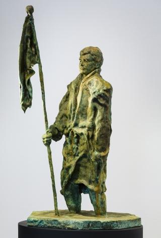 Mann im Matsch mit Fahne