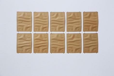 Zehnteilige Auslegearbeit aus grau-braunem Papier