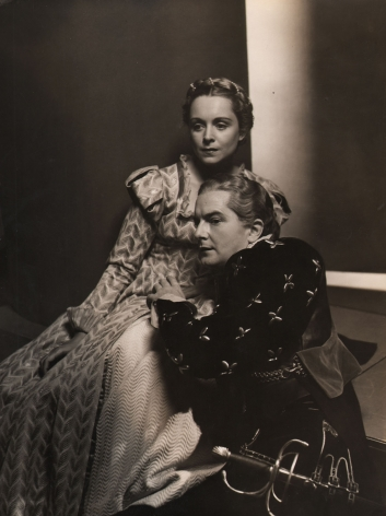 Louise Dahl-Wolfe, Maurice Evans as Hamlet, Katherine Locke as Ophelia, 1938. A man kneels beside a seated woman, both look to the left.