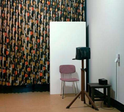Thomas Demand. Fotoecke / Photo booth, 2009. C-Print / Diasec, 180 x 198 cm. edition of 6