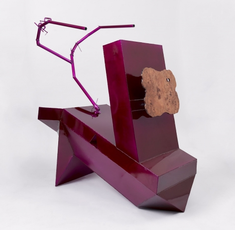 A fuchsia sculpture made of aluminum that has the form of a scorpion (2 pincers at the back), and on its front there is a slice of a tree trunk attached, varnished.