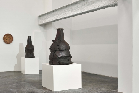 Installation view, 'Peter Voulkos: Stacks (1969-2001)', 2019.