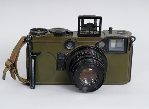 Combat Graflex 5.5x7cm rangefinder camera for 70mm roll film, rare olive-colored military outfit from the US Signal Corps: KE-4 #477064 Cased set.