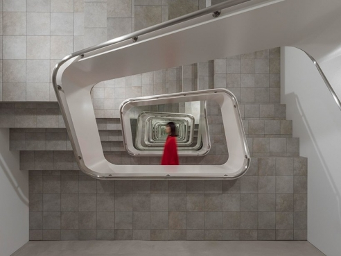 leandro erlich's infinite staircase at japan's KAMU kanazawa seemingly expands space