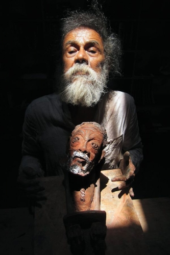 Francisco Toledo holding a ceramic