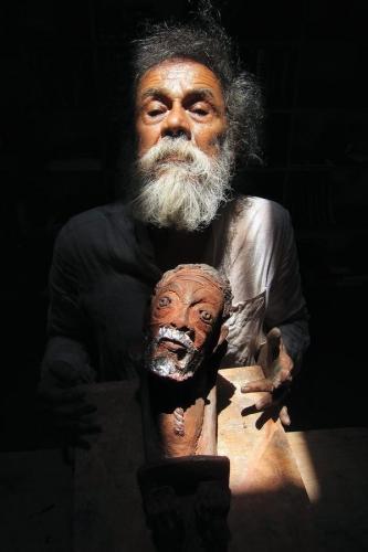 Francisco Toledo holding a ceramic