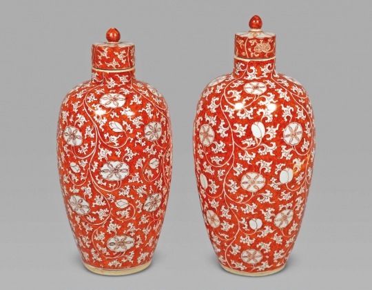 FINE AND RARE PAIR OF ROUGE DE FER GLAZED PORCELAIN JARS AND COVERS