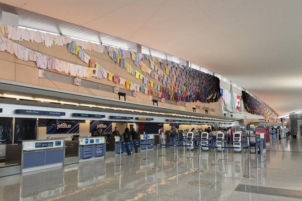 卡琳娜·凯科宁于水牛城国际机场展出艺术装置作品