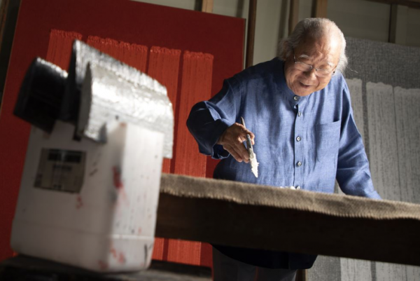 "Artist Ha Chong-hyun, 84, introduces his ""Conjunction"" series at his studio in Goyang, northwest of Seoul, on June 11. Korea Times photo by Choi Won-suk."