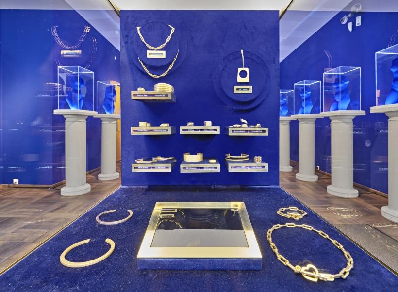 Diana Widmaier Picasso presenting Menē 24K Gold Jewellery