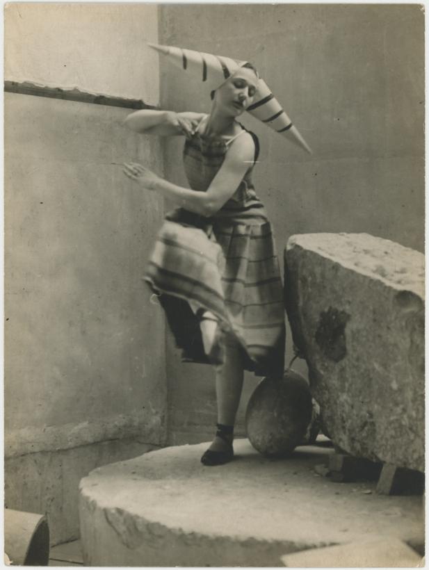 Constantin Brâncuşi - Lizica Codréanu interprétant les Gymnopédies d'Erik Satie dans l'atelier de Brâncusi, c. 1922 Gelatin silver print ; Bruce Silverstein Gallery