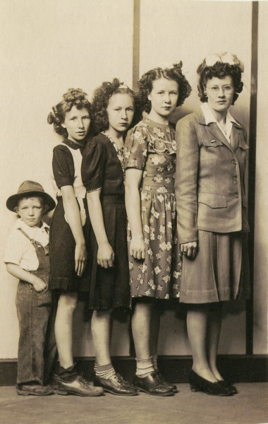 Mike Disfarmer - Merlon Noah and Sisters Emmagean Faust, Ruth Faust, Abigail Faust and Eula Faust Mannon