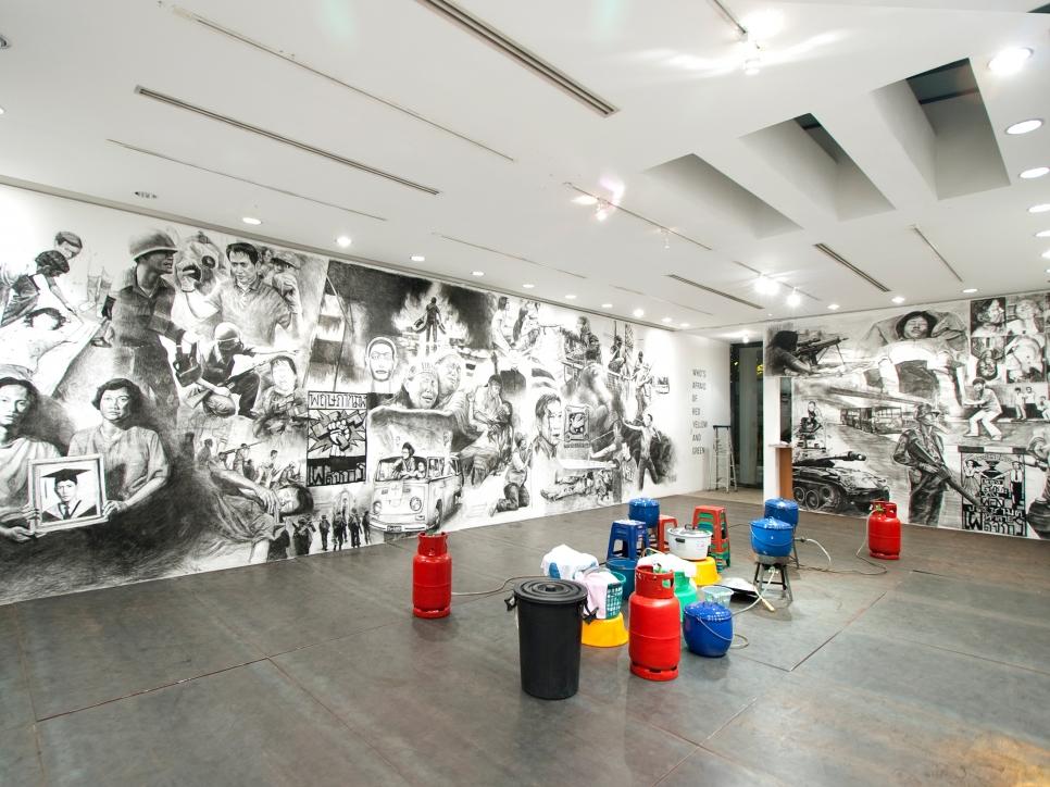 Rirkrit Tiravanija participa in Hirshhorn Museum en Washington con su exposición (who's afraid of red, yellow and green)