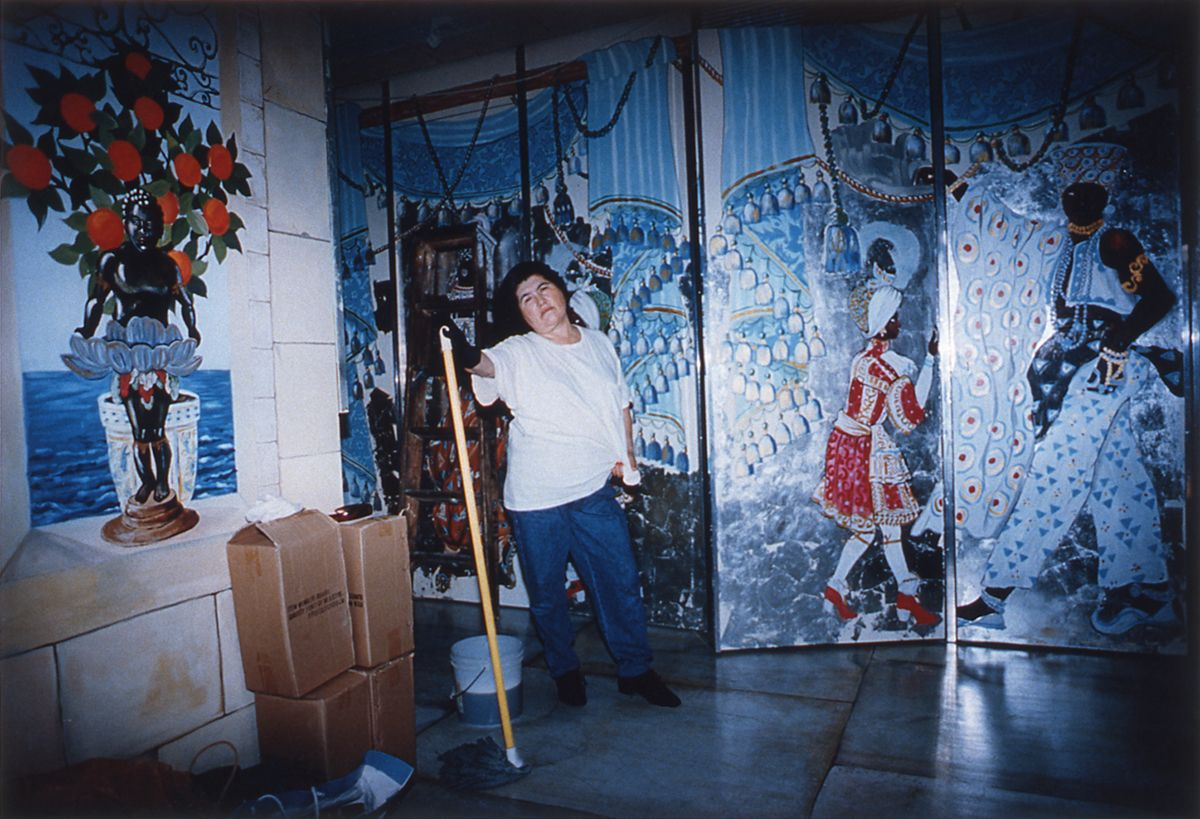 Daniela Rossell, Untitled (Leo's Mopper), 1997, cibachrome, 11 x 16 inches, edition of 5