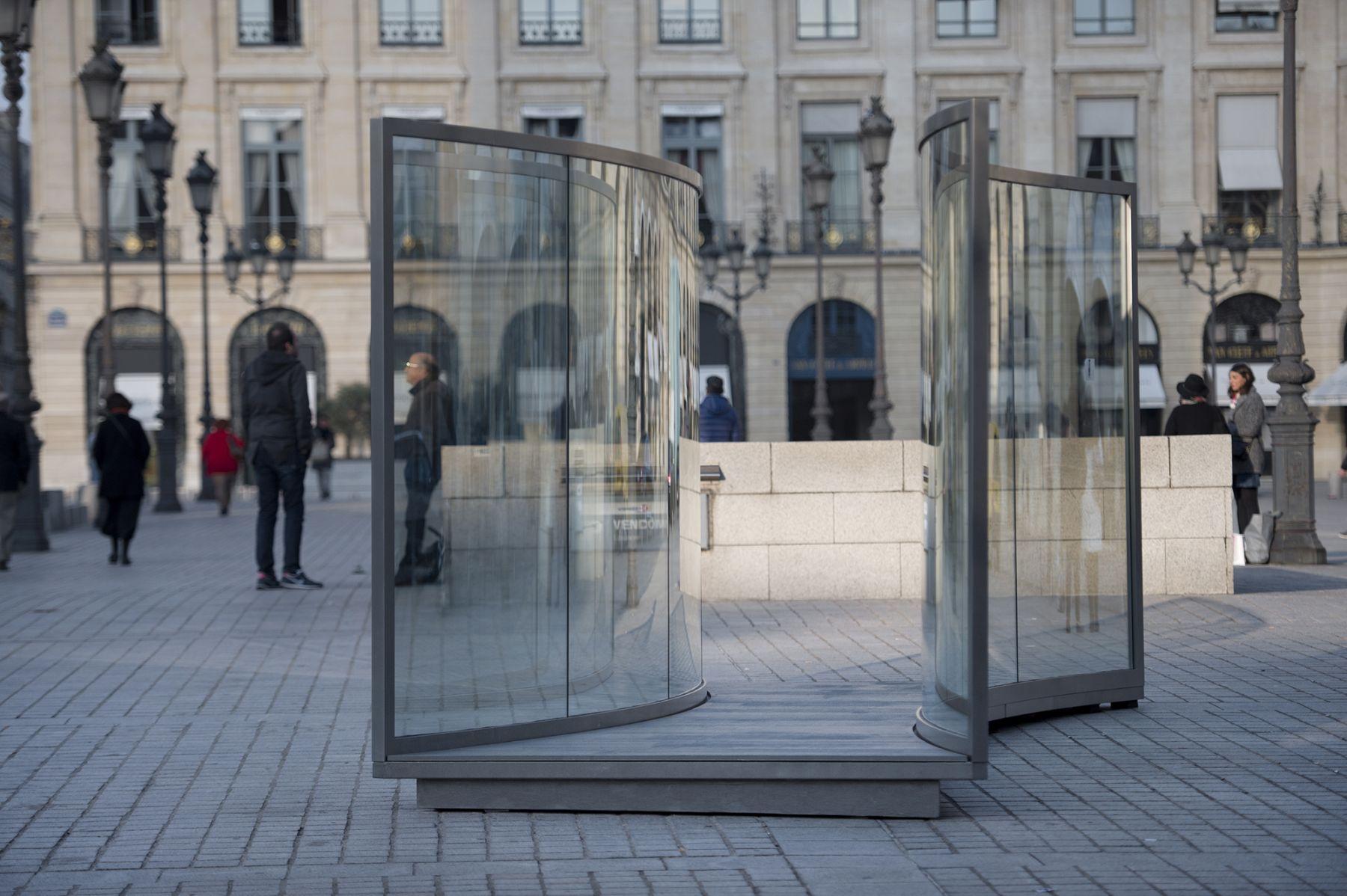 Dan Graham, Installation view, Place Vendôme, Paris, 2015