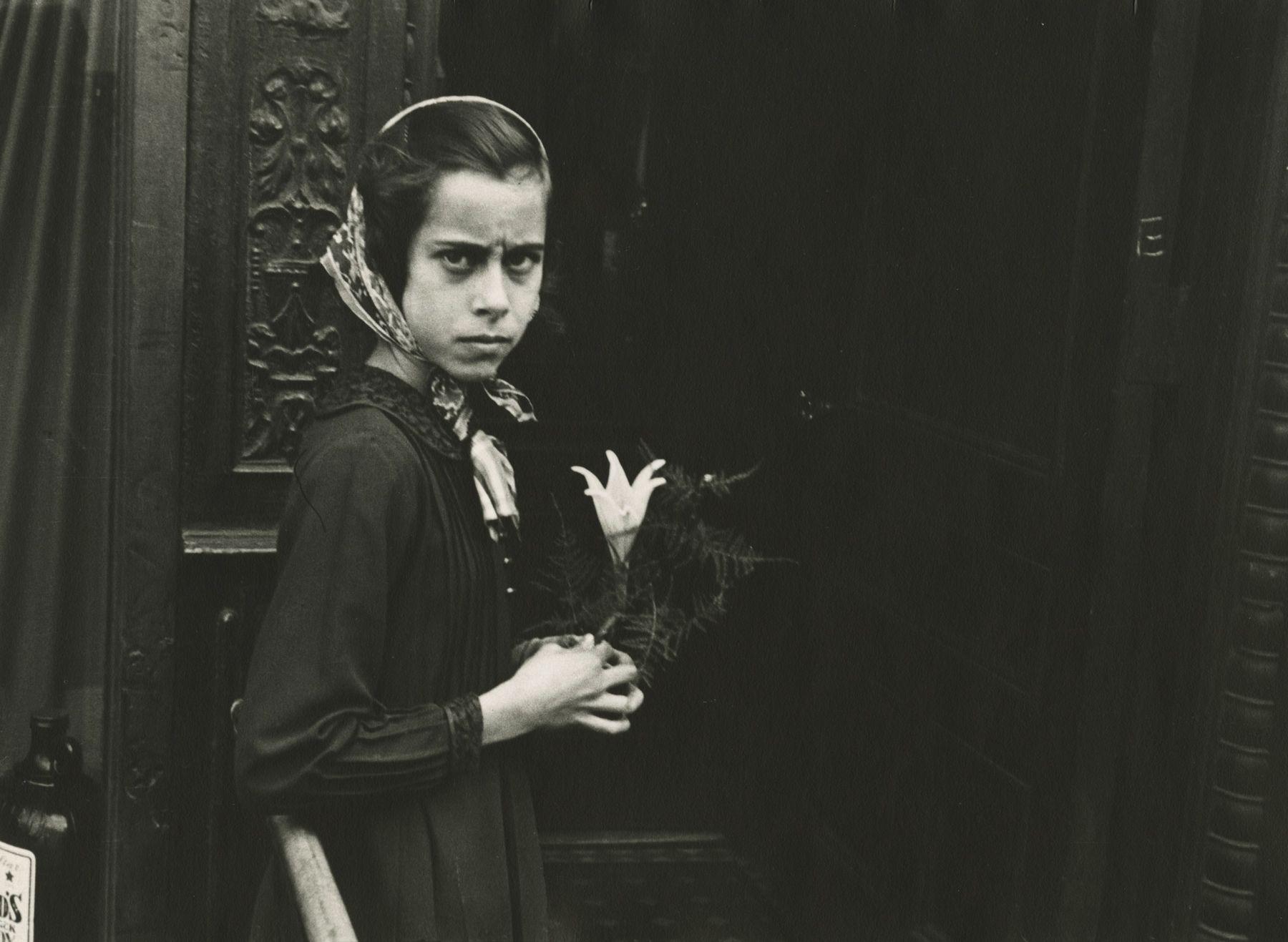 Helen Levitt - N.Y., c.1942 - Howard Greenberg Gallery - 2018