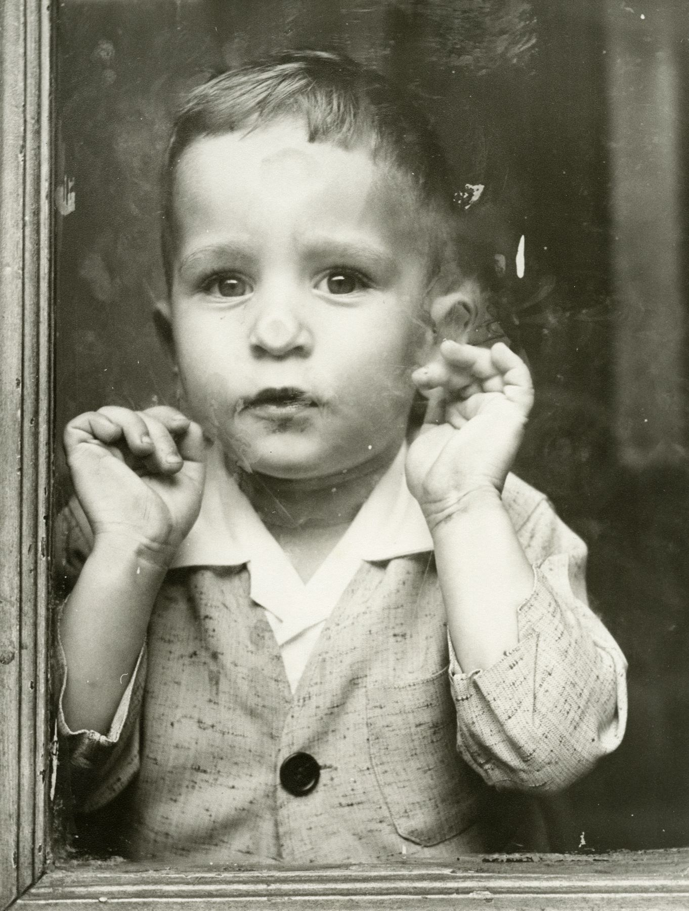 Vivian Maier - Untitled (child pressing face against window), n.d. - Howard Greenberg Gallery - 2018