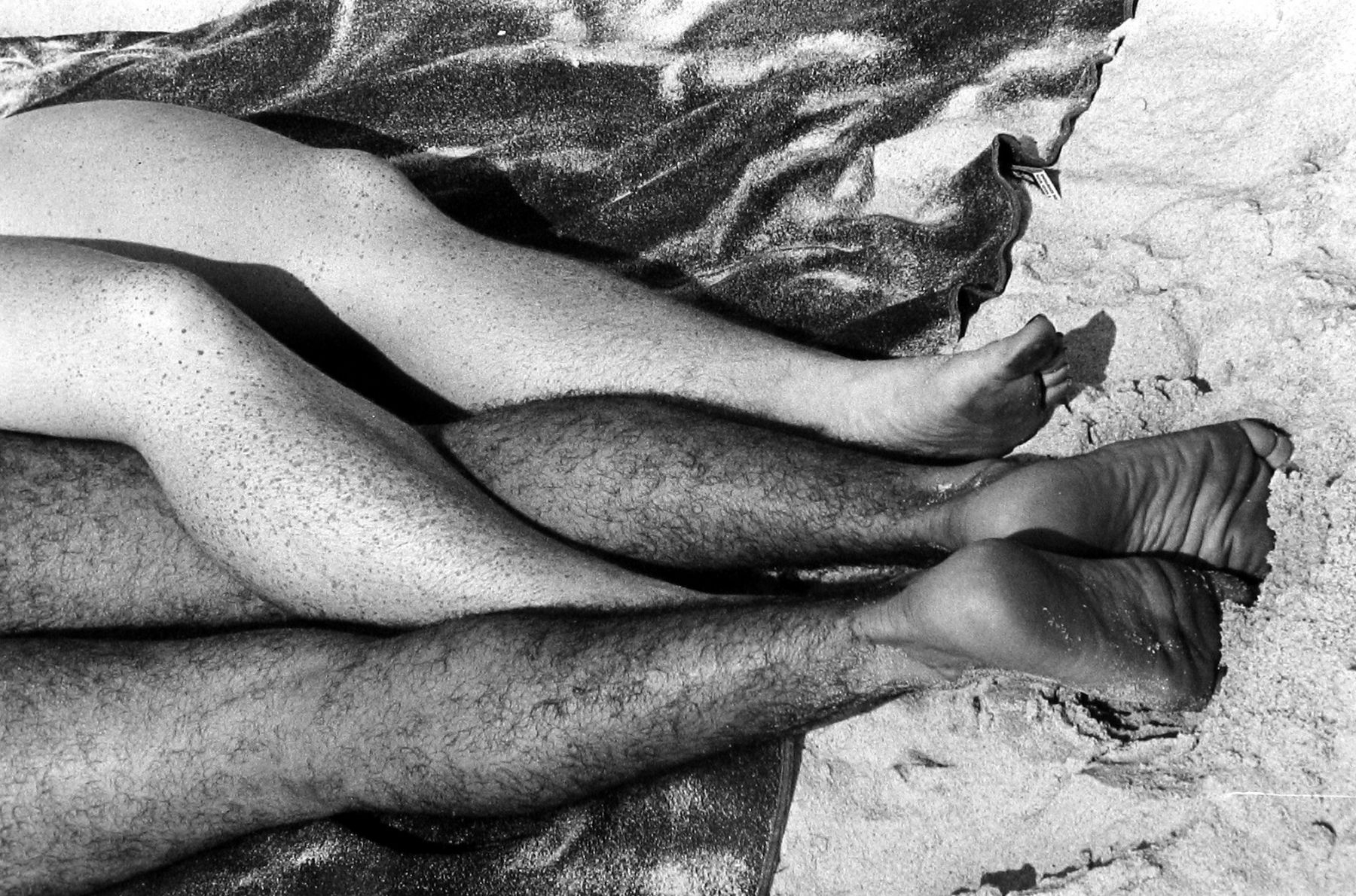 Tosh Matsumoto - Untitled (legs entwined on sand), c.1950 - Howard Greenberg Gallery - 2018