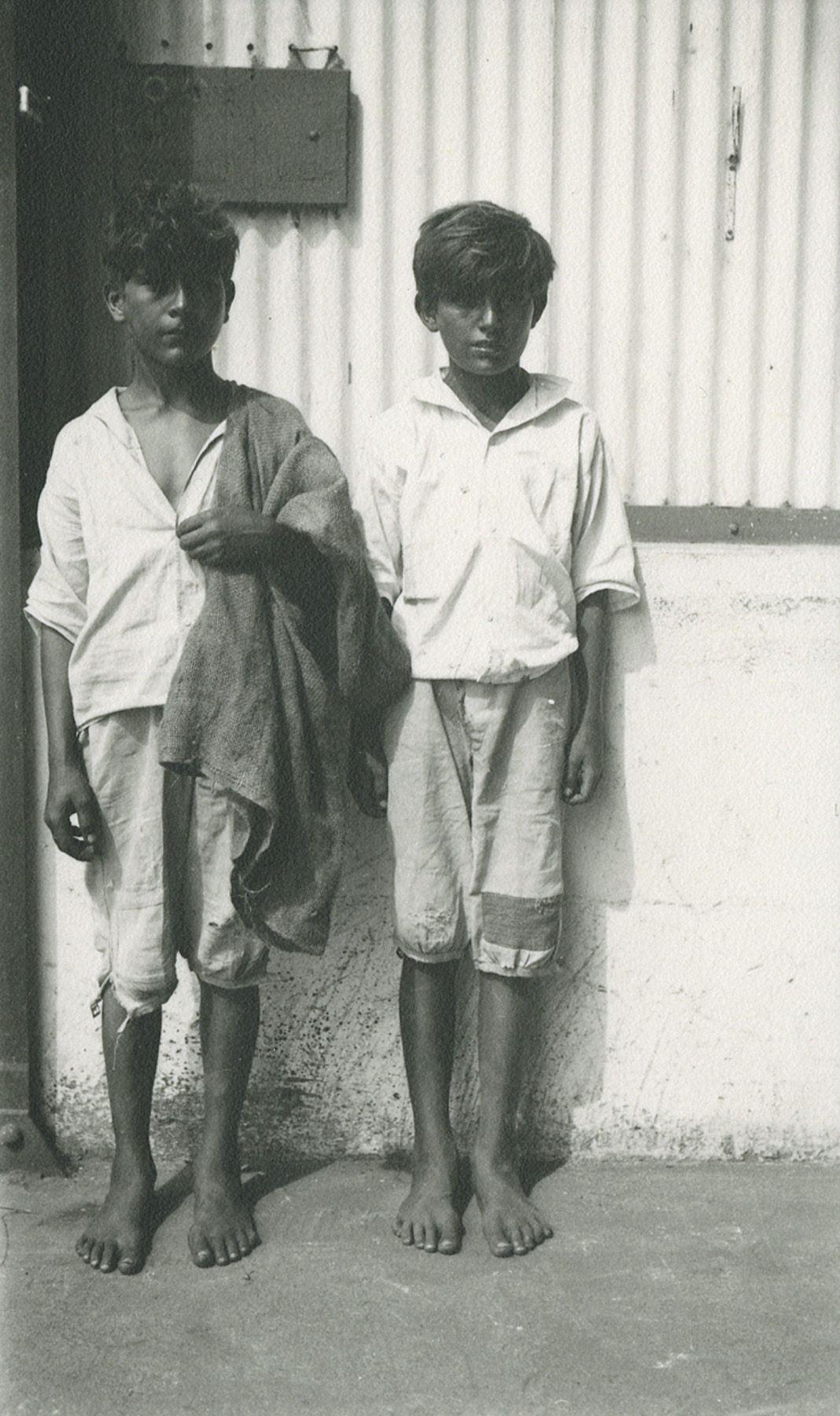 Walker Evans - Two barefooted boys, Havana, 1933 - Howard Greenberg Gallery - 2018