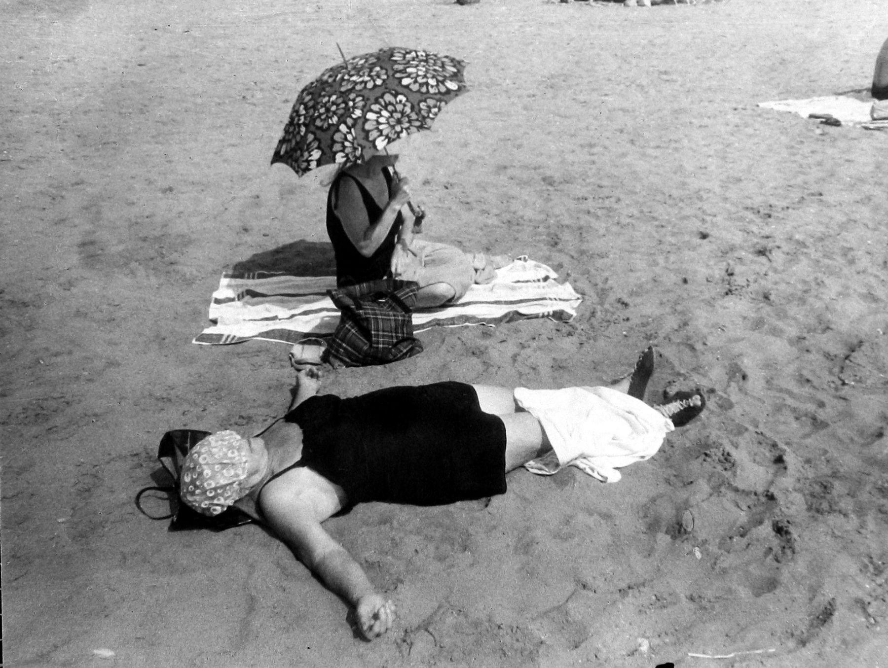 Leon Levinstein - Coney Island (two women and umbrella), c.1960 - Howard Greenberg Gallery - 2018