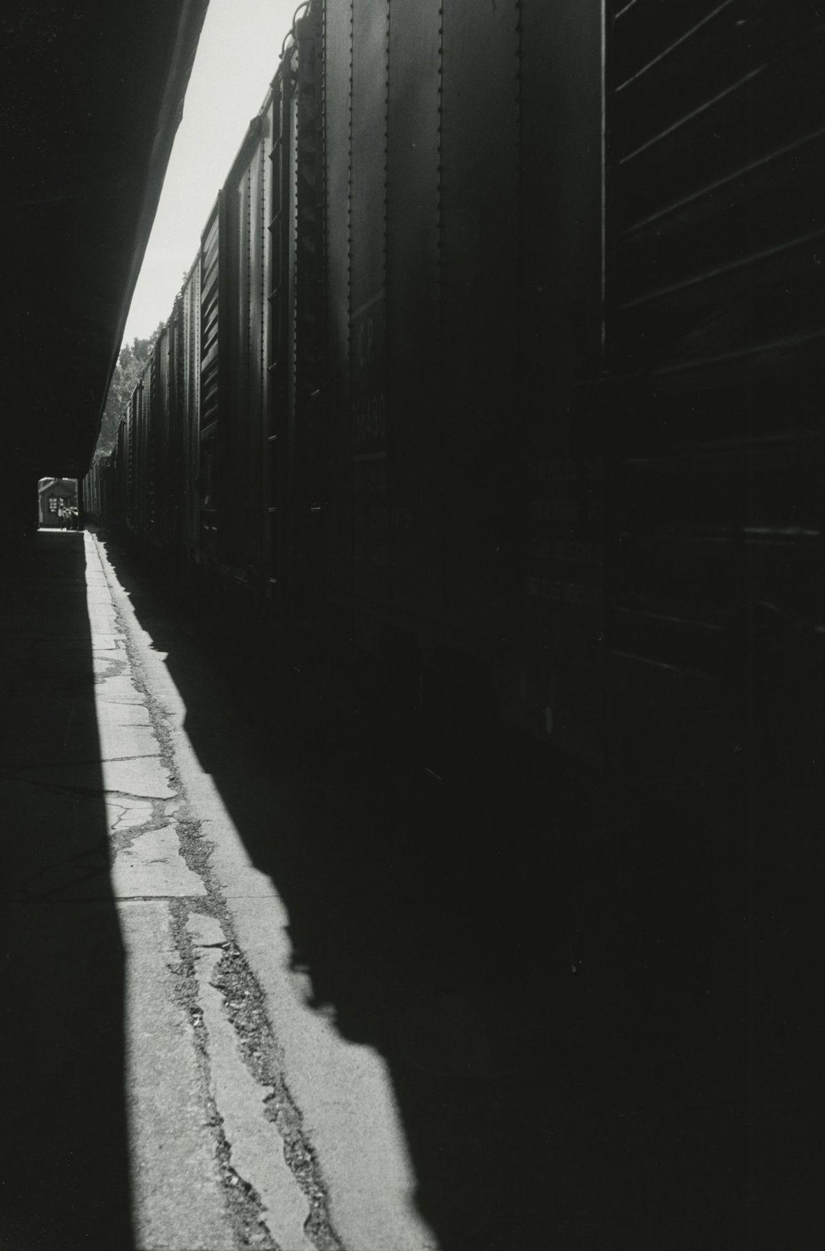 Louis Stettner - Untitled (Train), 1950 - Howard Greenberg Gallery