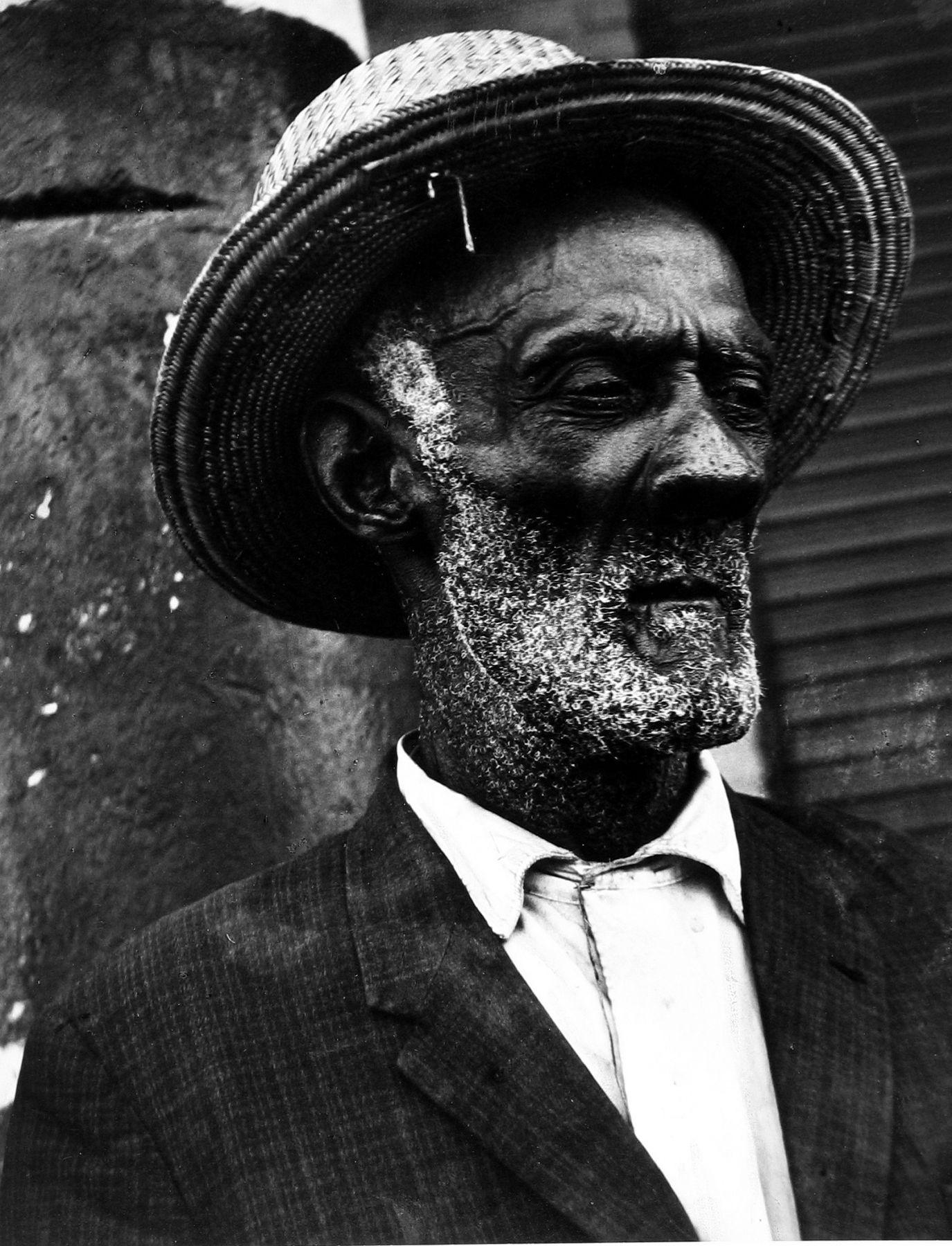 Leon Levinstein - Haiti (Haitian man with straw hat and suit), 1976 - Howard Greenberg Gallery - 2018