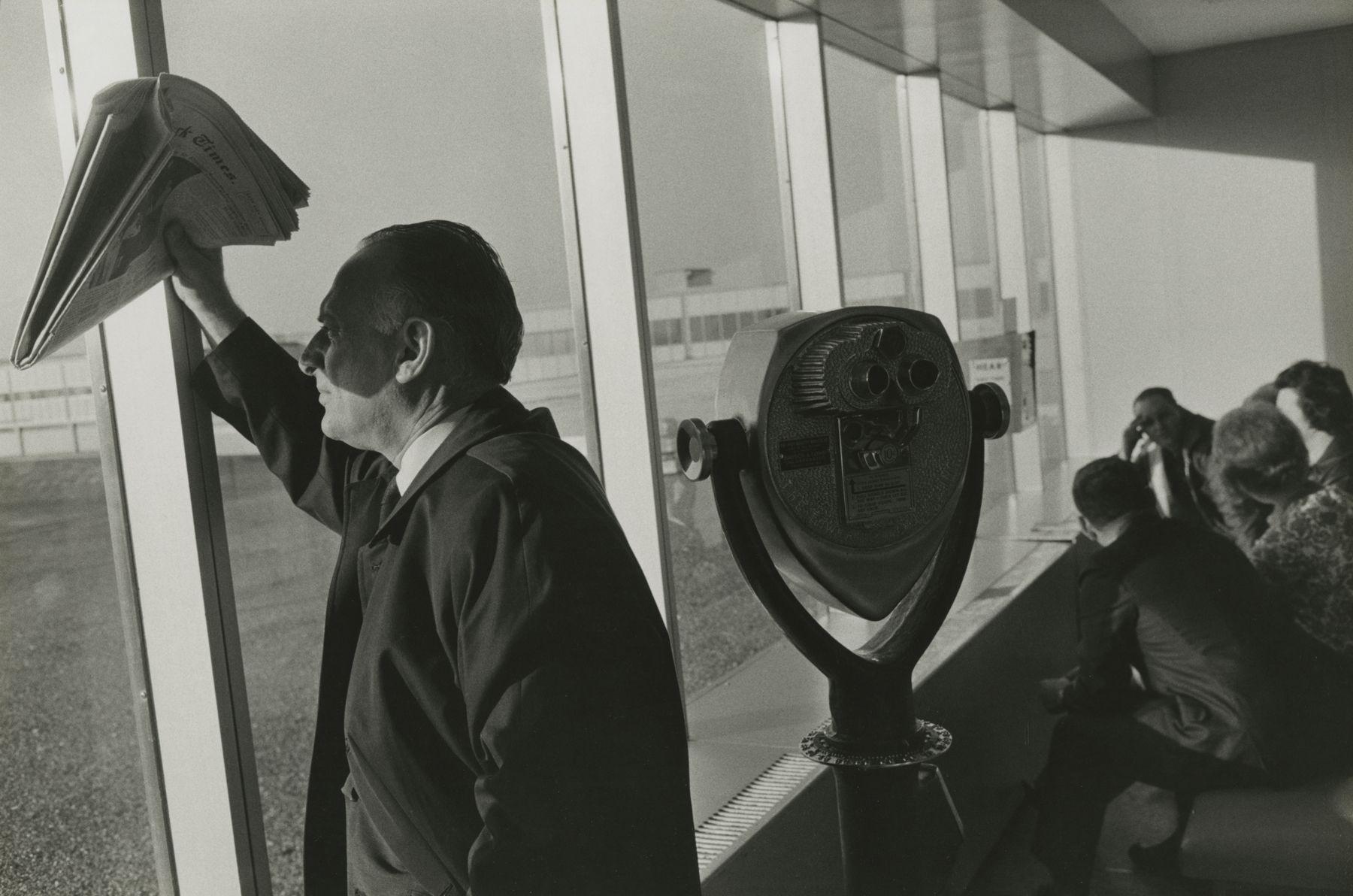 Garry Winogrand - Los Angeles Airport, 1967 - Howard Greenberg Gallery - 2018
