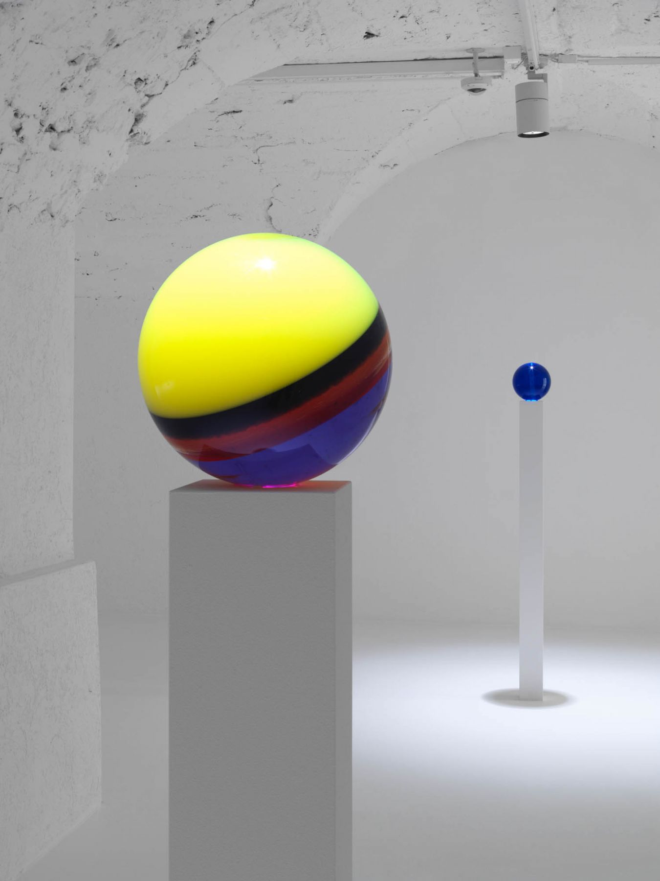 Installation view: Helen Pashgian, New Lenses and Spheres