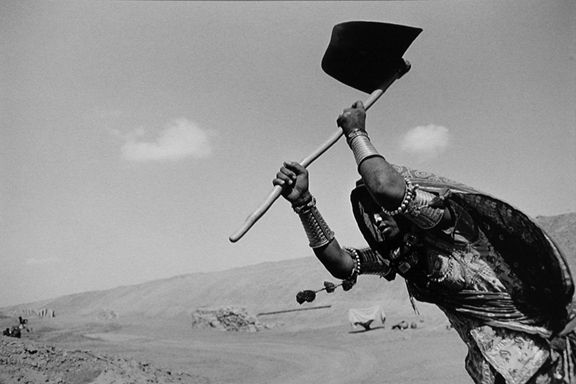Rajasthan Canal Works, India, from the series Workers, 1989. 16 x 20, 20 x 24, 24 x 35, 36 x 50 or 50 x 68 inch gelatin silver print