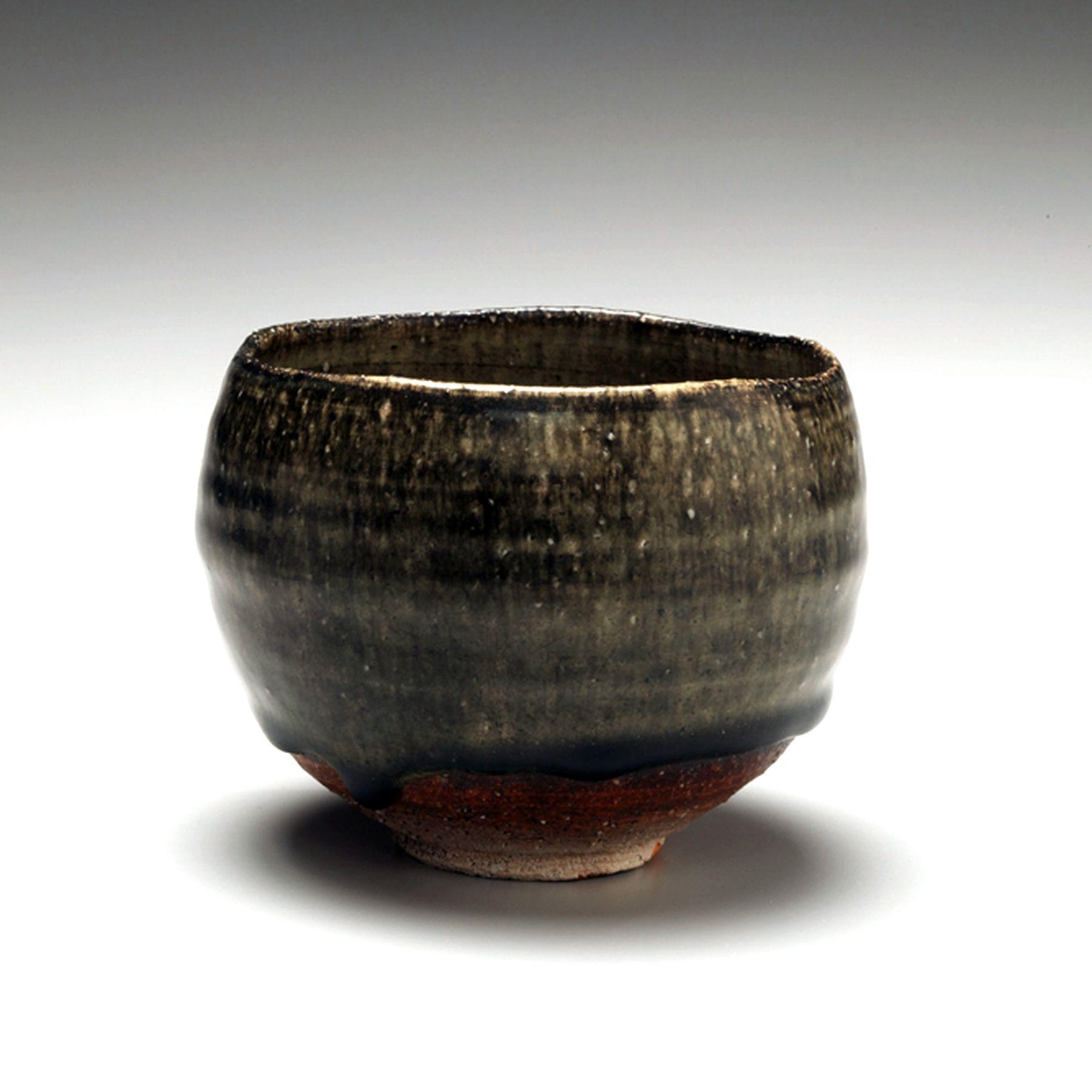 Fujihira Shin (1922-2012), Round teabowl with pooling dark green ash glaze