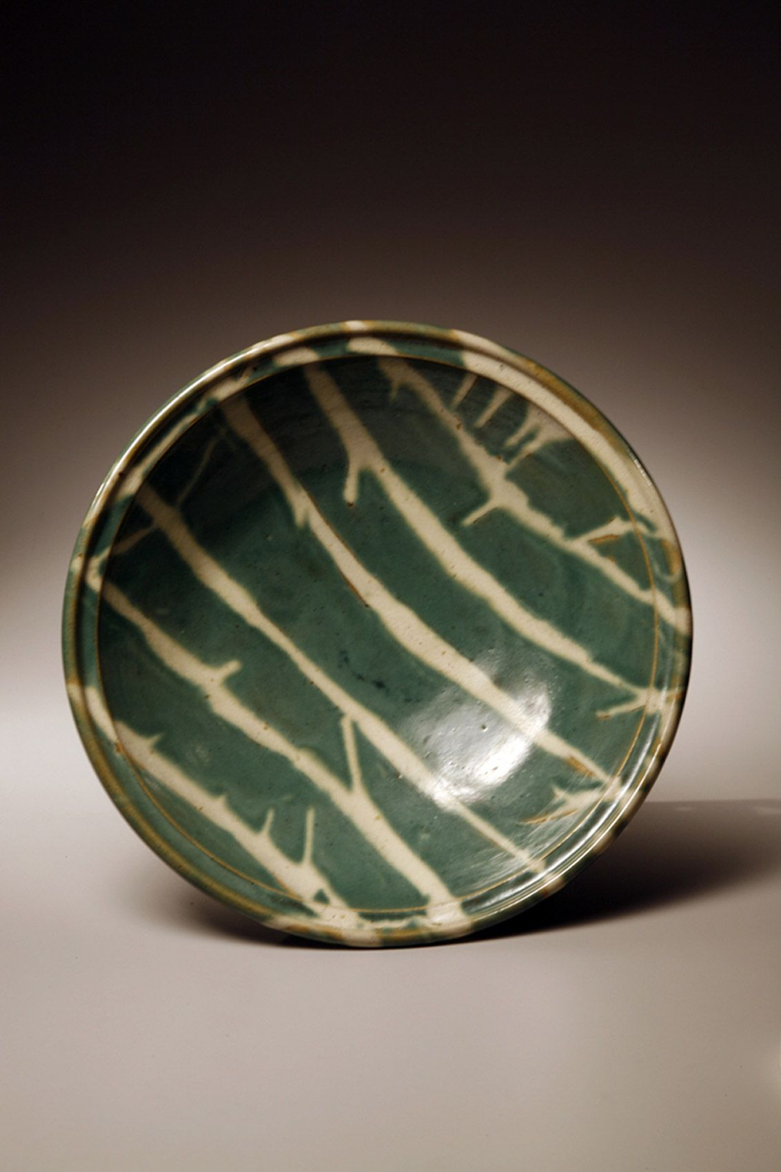 HAMADA SHÔJI Large thickly walled round plate with green glaze and brush strokes of white glaze
