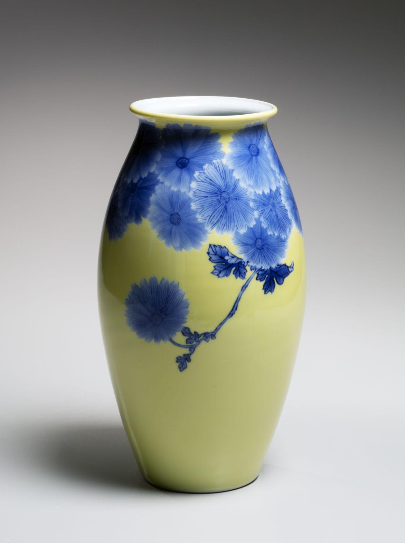 Makuzu Kōzan II (1859-1940), Yellow-glazed, blue chrysanthemum-patterned standing vase with flared mouth
