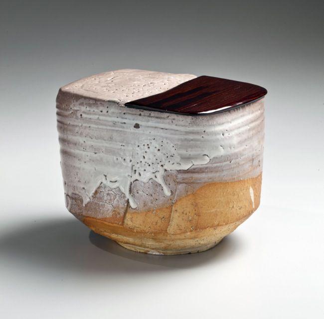 Miwa Kyūwa (Miwa Kyūsetsu X) (1895-1981), Unique rectangular, Hagi-glazed water jar with rounded corners and half lacquer lid