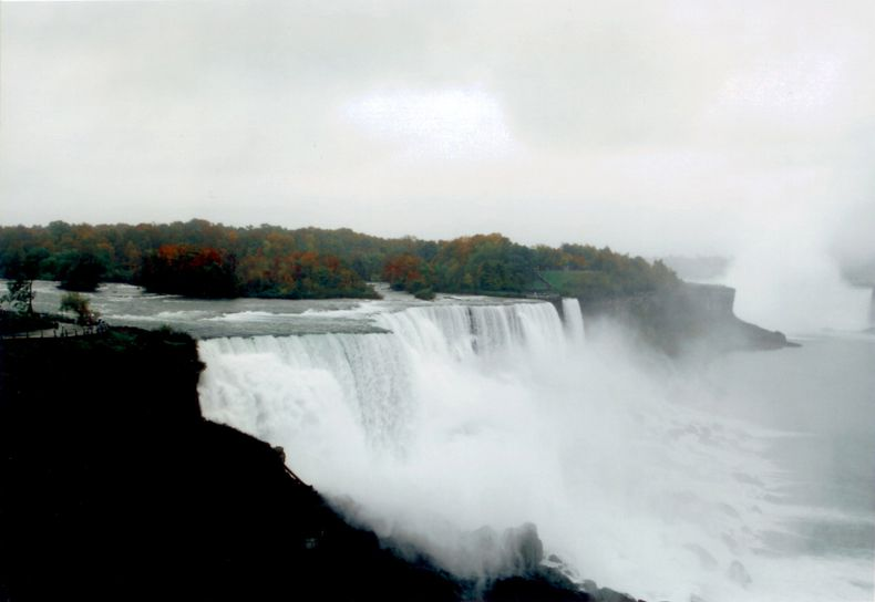 He Yunchang 何云昌 , Rock in the Niagara Falls