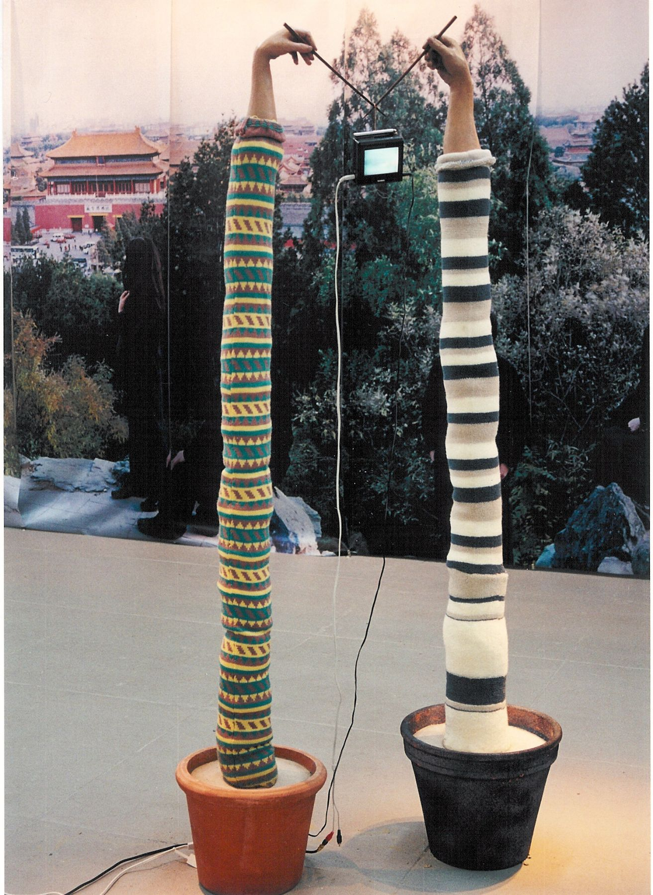 United Hands (A) 联手(甲), 2002