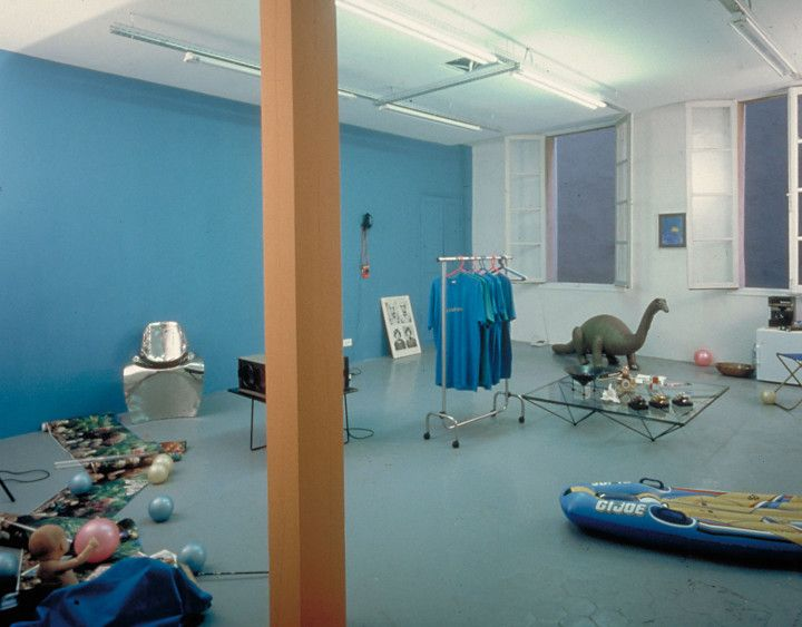 The gallery's inaugural exhibition, Les ateliers du Paradise. Installation view at Air de Paris, Nice (1990). Photography by Raph Gatti.
