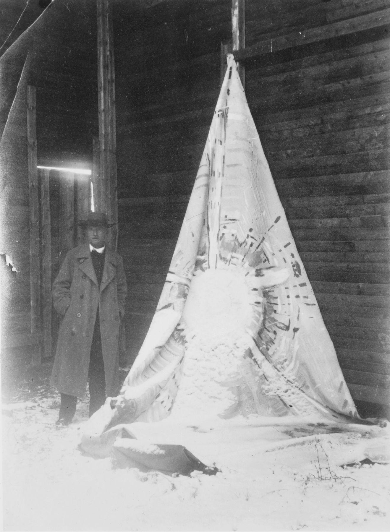 Photographer Unknown, Munch stand next to Solen (The Sun), circa 1911