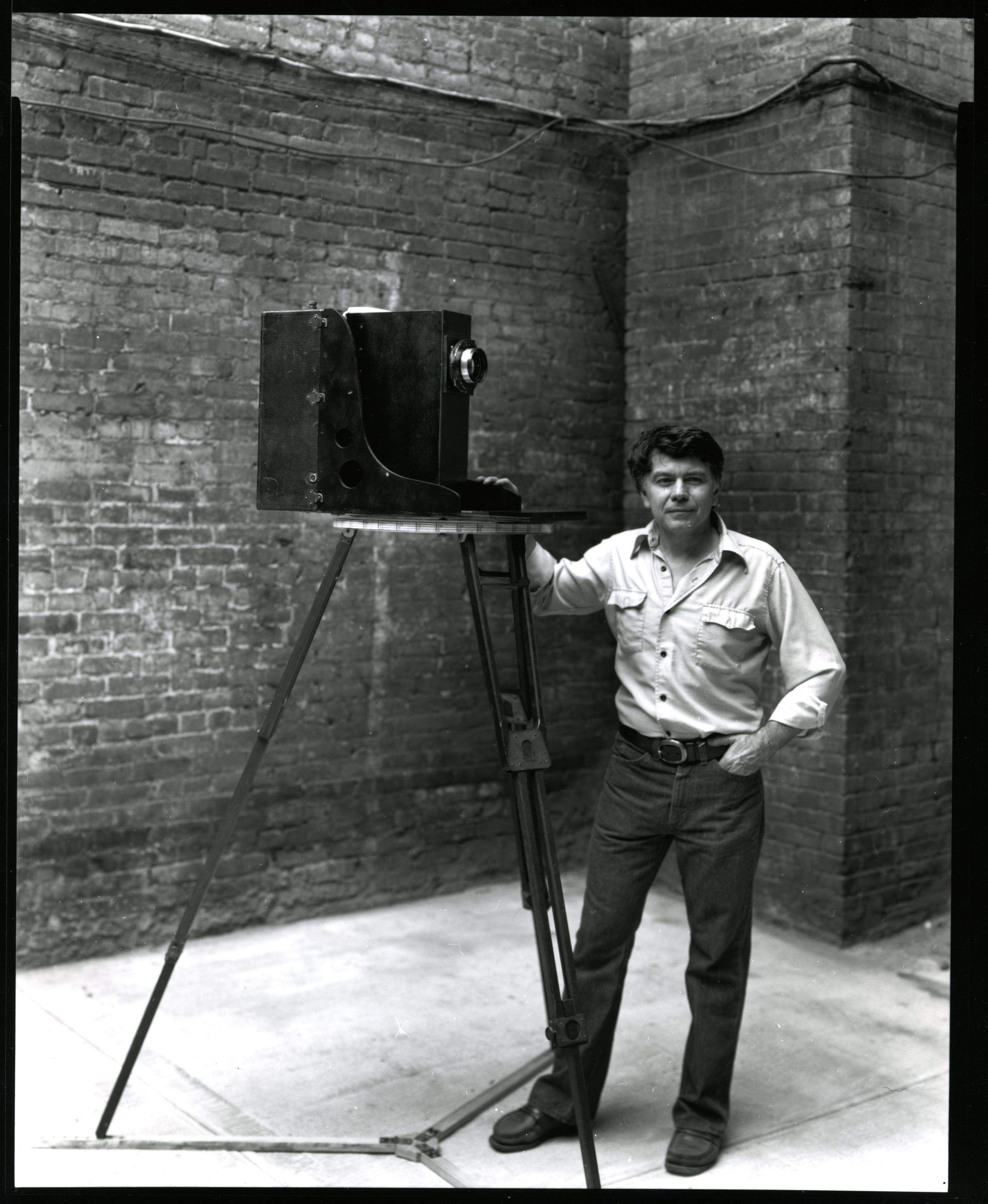 Black and white photographic portrait of Kenneth Snelson