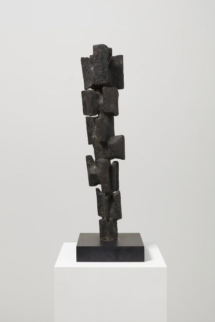 Different view of a bronze abstract sculpture by Alicia Penalba featuring a stacked configuration of rectangular pieces