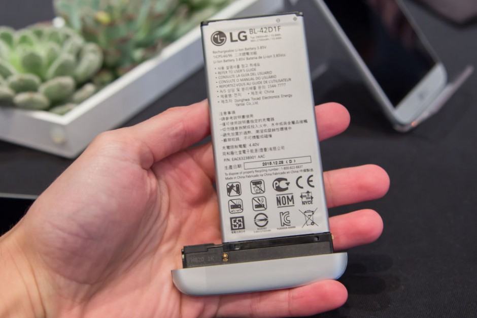LG G5 battery attachment