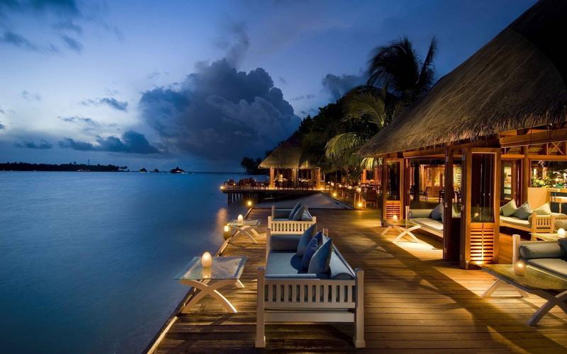 8870208-relaxing-resort-evening