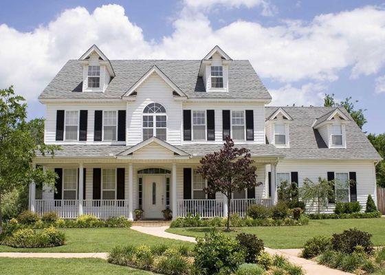 foto-de-casa-grande-blanca-con-varias-ventanas