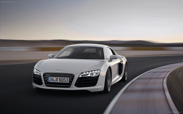 AUDI R8 V10 PLUS FEATURES 205MPH