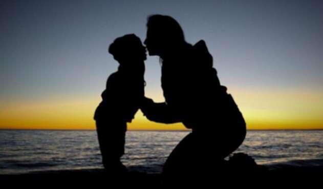 Niño-y-madre-Ingimage.jpg
