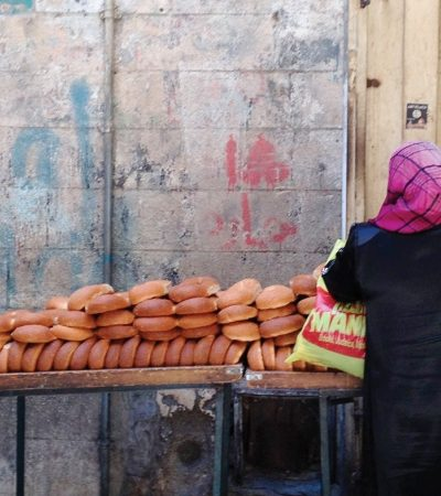 Most locals prefer to buy freshly made bread from outdoor vendors.