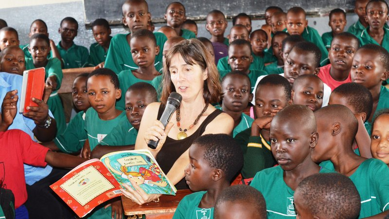 DCM reads for a group of pupils.JPG