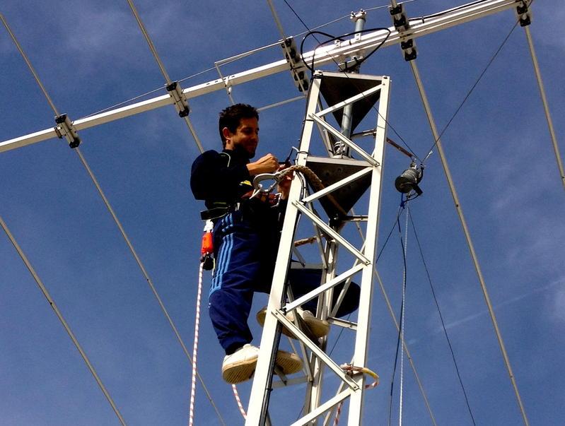 Javier (EA1HEO) in the mast replacing dipoles