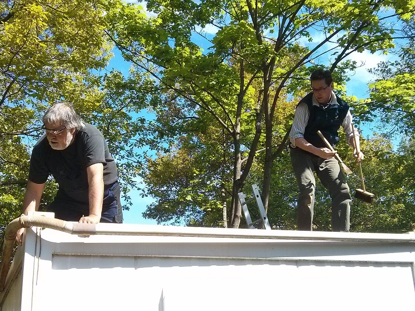 20170506 Rolf and Manfred drying and cleaning the roof 1