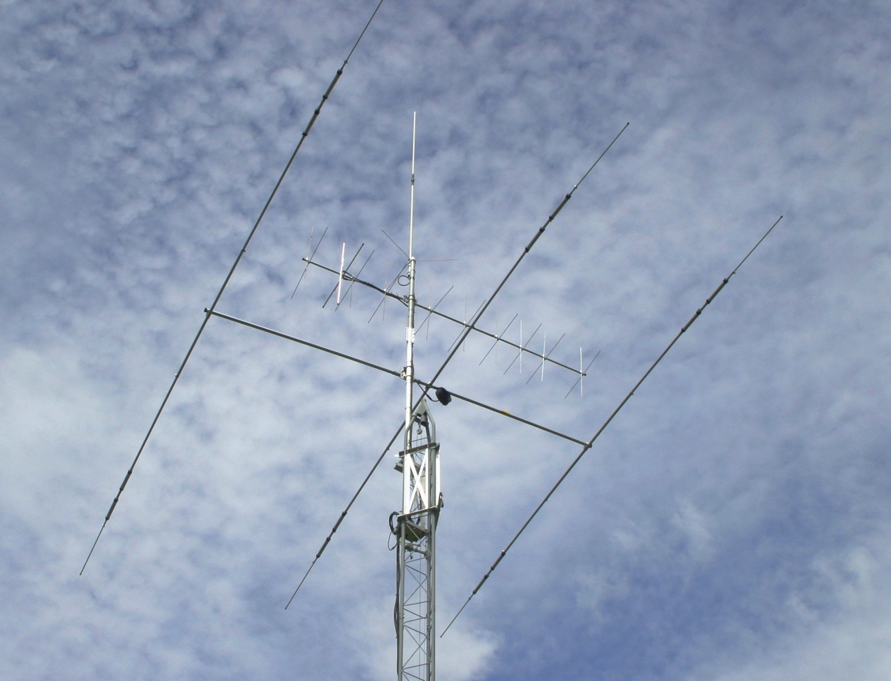 Here is my 45 ' tower with a Hazer to raising and lowering the antennas to work on them. The antenna are a Cushcraft A3S Tribander, A-148-20 T 2M cross-yogi also a Comet 2m 70CM Coupled up to a Yaesu FT 897 D and a Yaesu FT8800
