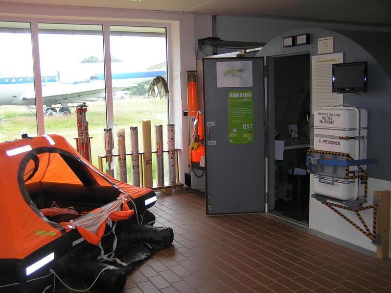 Eingang des Trainers mit Rettungsmittel